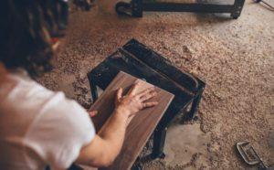 Schleifen und Ölen von Holzoberflächen