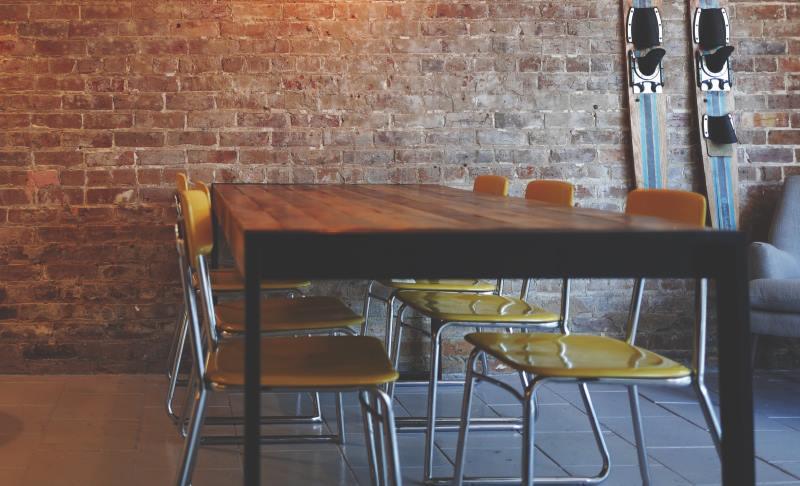 Esstisch aus Massivholz mit Sitzplaetzen